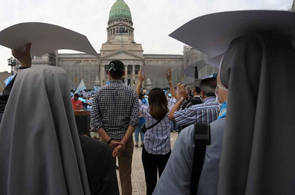 En las principales ciudades del país y también frente al Congreso Nacional, el sábado por la tarde hubo marchas de grupos que se oponen a la legalización del aborto; entre ellos la Iglesia Católica, la evangélica y organizaciones de la sociedad civil.   Crédito: Marcelo Capece/NA