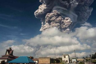 Miles evacuados en Indonesia por la erupción del volcán Ili Lewotolok