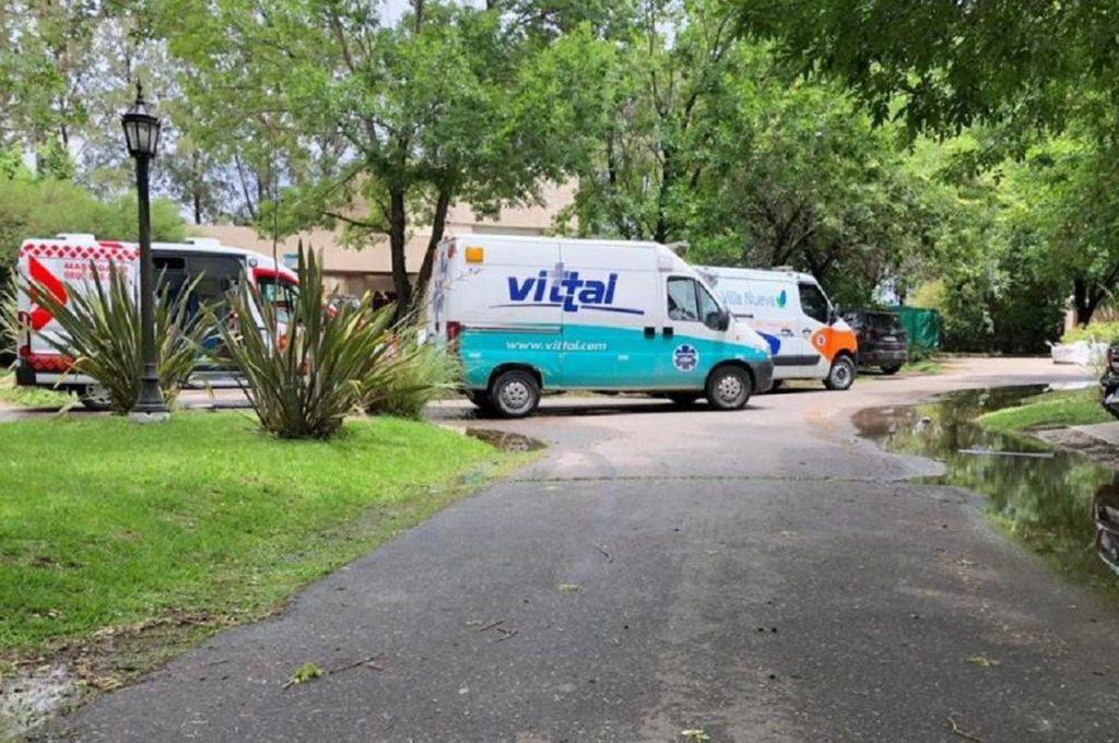 Las ambulancias en la casa donde estaba Maradona al momento de su muerte. Crédito: Archivo