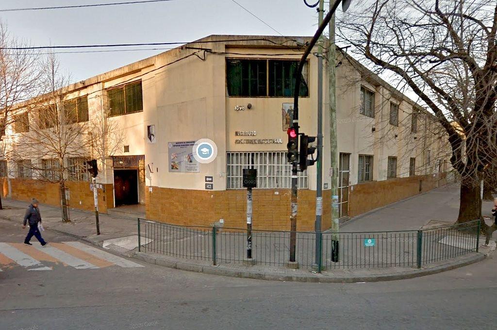 El sacerdote denunciado se desempeñaba en el colegio platense San Vicente de Paul. Crédito: Captura digital - Google Maps Streetview