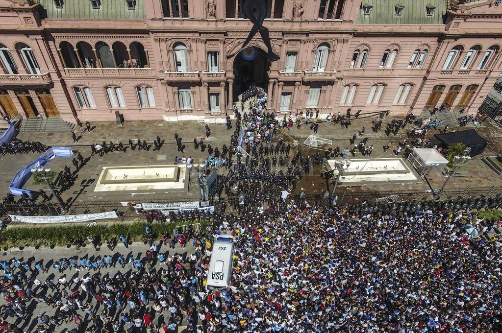 Desbordes sin protocolo, frente a la Rosada en el velorio de Maradona organizado por Presidencia.  Crédito: Télam