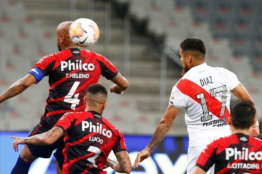 El cabezazo del chileno Díaz le dio a River un gol que lo deja bien posicionado para la revancha de esta noche.     Crédito: Gentileza