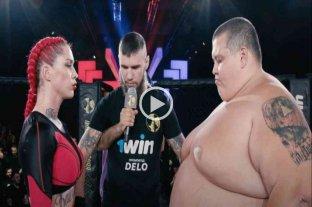 Video: una luchadora venció por nocaut a un youtuber de 240 kilos en un combate de MMA