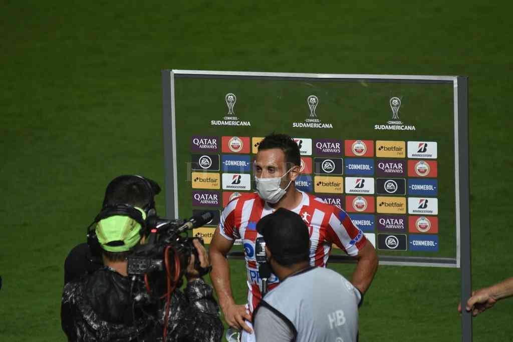 Claudio Corvalán fue más protagonista en el área rival que en la suya. Crédito: Manuel Fabatía