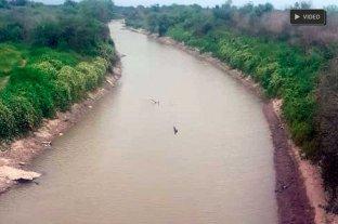 Otra vez, Santiago se apropia del río Salado - Los canales de riego para actividades agropecuarias están cargados en Santiago del Estero, y el verde de las malezas puebla sus bordes. En cambio, el río Salado que se deja pasar a Santa Fe se ha convertido en un pequeño curso que ya muestra islotes.