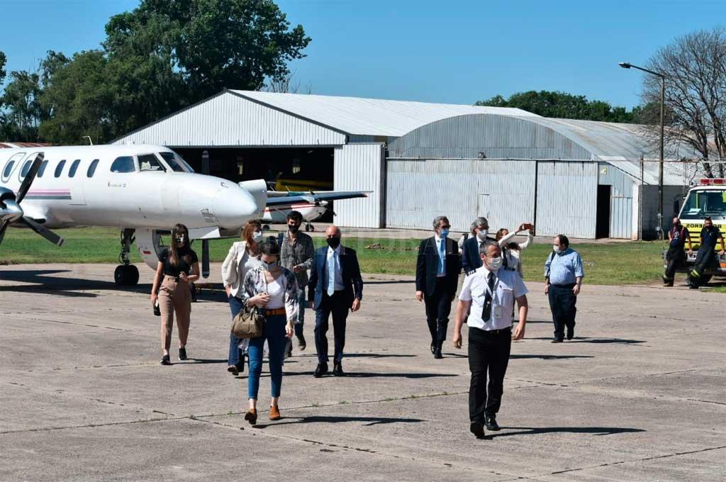 Alberto Fernández llega a Santa Fe y visita dos empresas de Venado Tuerto - El arribo de parte de la comitiva -