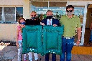 Insólito: a Alberto Fernández le regalaron dos cuchas para sus perros en Venado Tuerto -