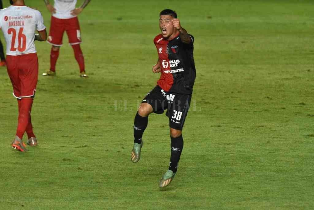 Brian Fernández y el festejo de su gol en el final del partido ante Independiente. Fue muy buena la jugada individual para