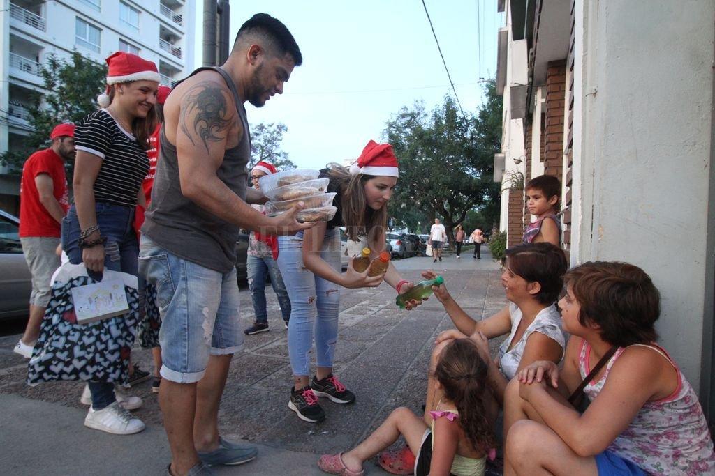 Como desde hace 10 años, Actitud Solidaria presente durante el año y también en las fiestas. Crédito: Pablo Aguirre