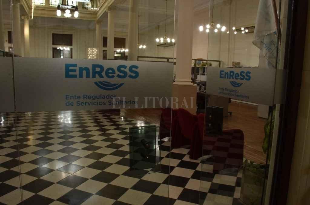 La sede central del Enress funciona en 25 de Mayo 1951 donde los usuarios pueden realizar sus reclamos, además de poder hacerlo por internet, redes o telefónicamente.    Crédito: Guillermo Di Salvatore