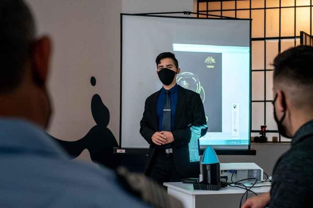Un joven santafesino fabricó una lámpara sanitizante contra el Covid   - Presentación. Santiago mostró el prototipo de su creación esta semana durante una visita a Senda, la usina de formación e ideas de Rosario.   -