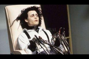 """""""El joven manos de tijera"""": el cuento de hadas freak que cautivó al público -  El talento visual de Burton unido a las amplias posibilidades interpretativas de Depp, hicieron de """"El joven manos de tijera"""" una de las películas más estimulantes de principios de los '90. -"""