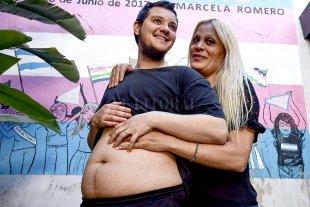 Un varón trans embarazado de cinco meses tendrá un bebé de su pareja, una mujer trans