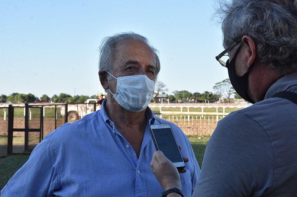Hugo Iturraspe destacó el esfuerzo de la dirigencia por la actividad del turf. Crédito: Manuel Fabatía