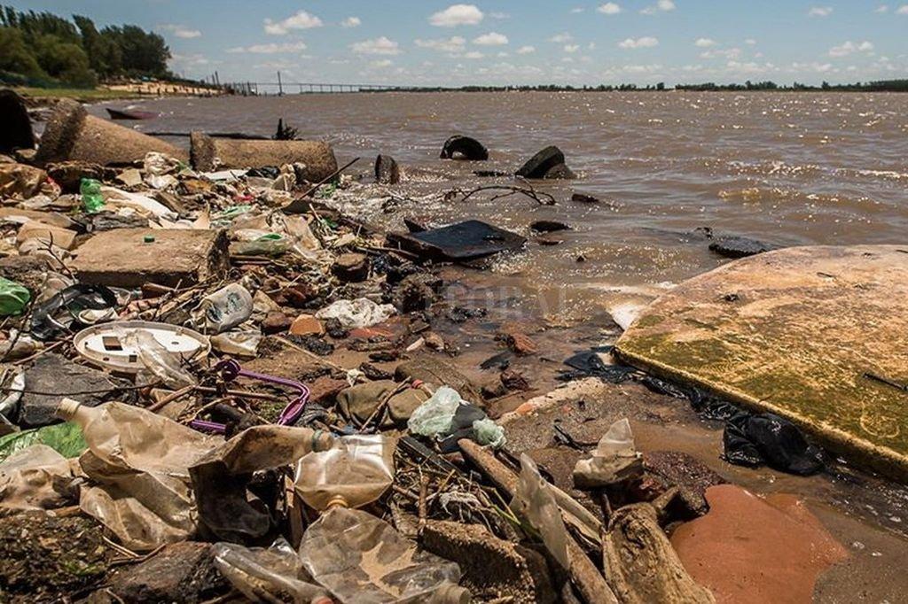 Los márgenes del río Paraná, repletos de basura. Una investigación realizada en 2018 arrojó que más del 90% de los residuos encontrados fueron plásticos. Crédito: Gentileza