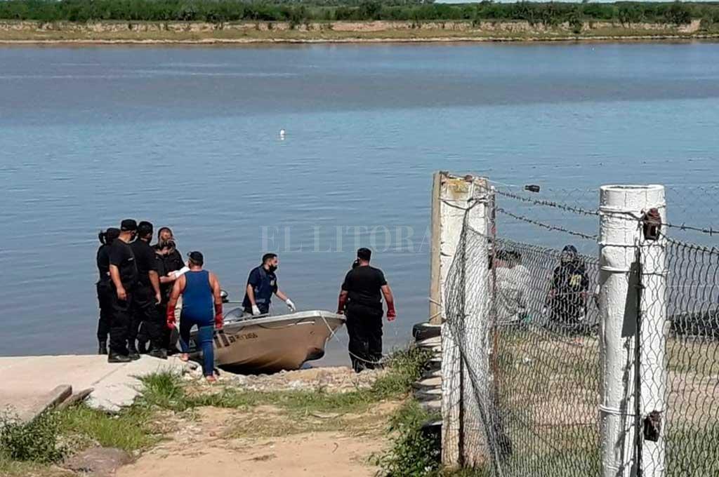 El cadáver fue retirado del agua por buzos tácticos de la policía y trasladado a la Morgue tal cual fue hallado, envuelto en lona y alambre. Crédito: El Litoral