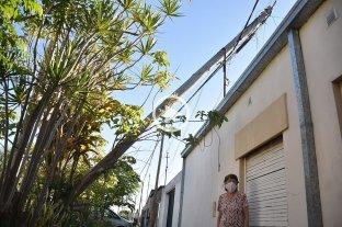 Un poste de telefonía está muy cerca de caer sobre una casa