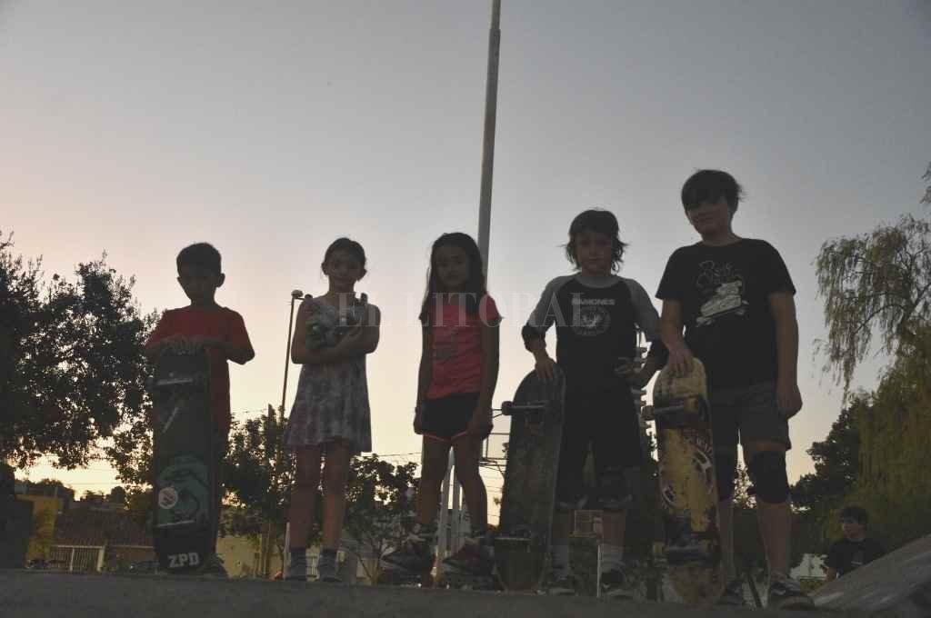 Nueva ola. La pista fue invadida por las nuevas generaciones de skaters que van todos los días a patinar.   Crédito: Manuel Fabatía