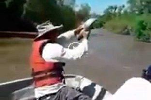 Impactante video: pescan bogas con la mano en Corrientes