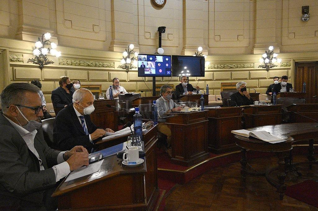 El senador Armando Traferri, jefe del diezmado bloque Juan Domingo Perón, renunció a la comisión de Juicio Político. En la sesión, se informó que el senador por San Lorenzo, era además su presidente. Crédito: Pablo Aguirre