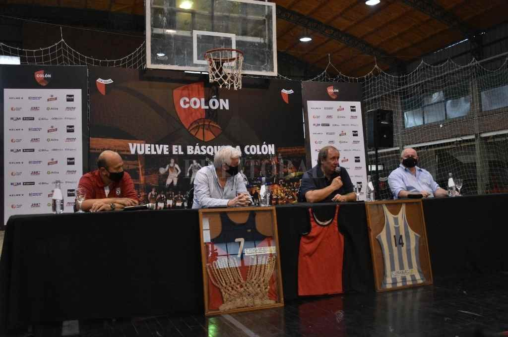 Habla Roberto Monti, quien además de presidente de la Asociación Santafesina, es un referente del baloncesto rojinegro. Junto a el, Carlos Fertonani, José Alonso y Adrián Alurralde.    Crédito: Pablo Aguirre