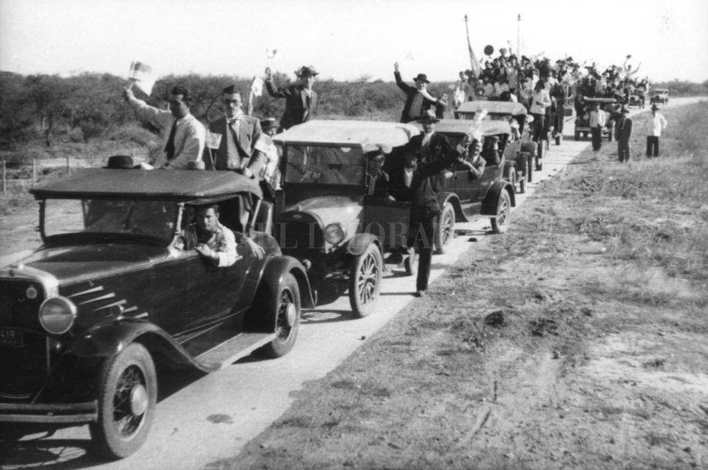 Una caravana de radicales acompañan a Marcelo T. de Alvear en su visita a Santa Fe en 1933. Se celebraba la convención nacional de la UCR que concluyó con un levantamiento armado y todos en cana. Crédito: Archivo El Litoral