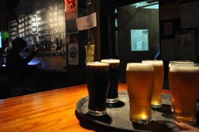 Bares y restaurantes extenderán una hora su horario de apertura desde esta noche -