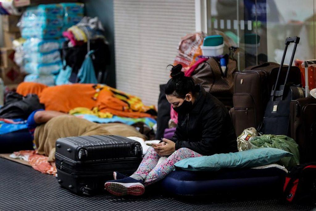 Imagen ilustrativa de una persona varada en un aeropuerto. Crédito: EFE