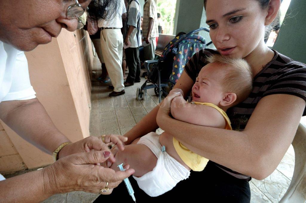 Durante el breve procedimiento de la vacuna, la madre del bebé tragó saliva y sintió que hacía de tripas corazón, y lo mismo sintió la enfermera, pero ninguna de las dos madres dijo nada. Crédito: Archivo El Litoral