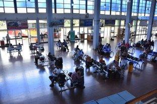 El 60% de los pasajeros controlados en las terminales de Santa Fe y Rosario tiene síntomas de Covid -