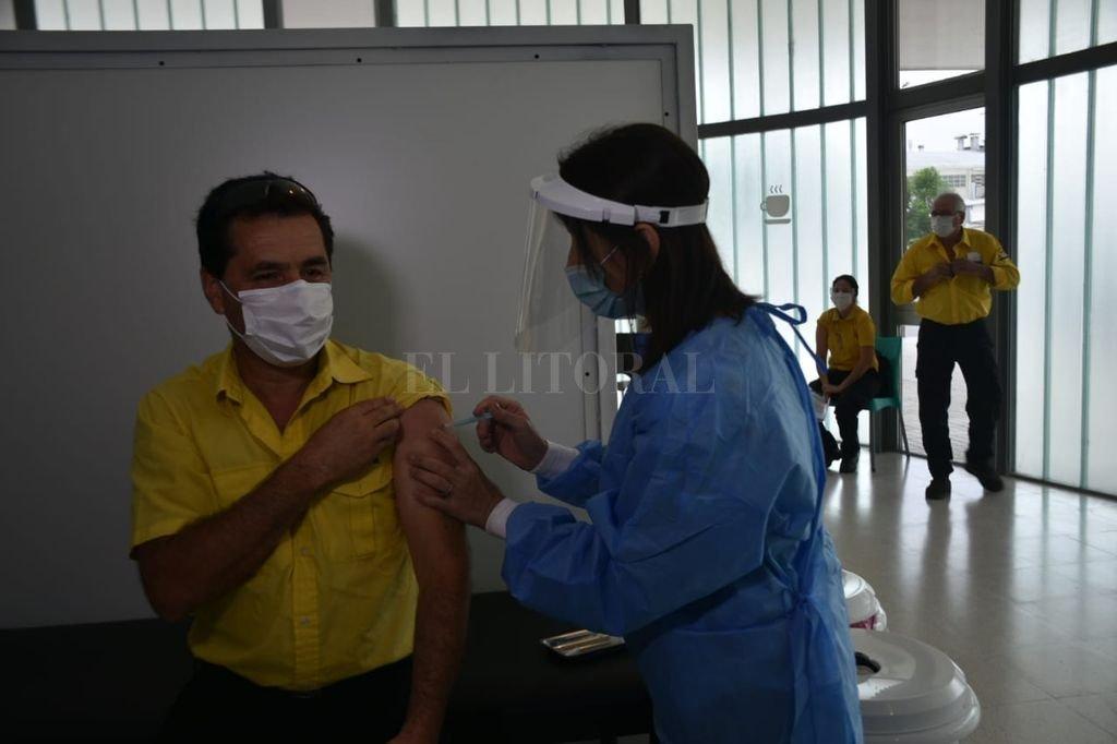Primera dosis. Ismael Galván, trabajador del Cobem, recibe la vacuna Sputnik V contra el covid, en el segundo día del operativo de inmunización que se realiza en todo el país. Crédito: Flavio Raina