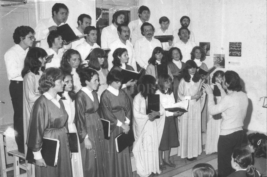 Coro Universitario Independiente en 1980.  Crédito: Archivo El Litoral