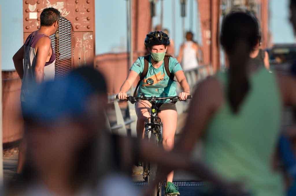 Circulación. Hoy el Puente Colgante es utilizado con exclusividad para peatones y ciclistas sólo en situaciones excepcionales. Crédito: Pablo Aguirre