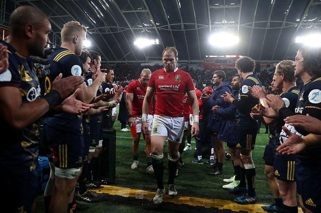 Los Lions se retiran del campo de juego con el reconocimiento de sus rivales, durante uno de los partidos correspondientes a la gira por Nueva Zelanda, en 2017. Crédito: Archivo El Litoral