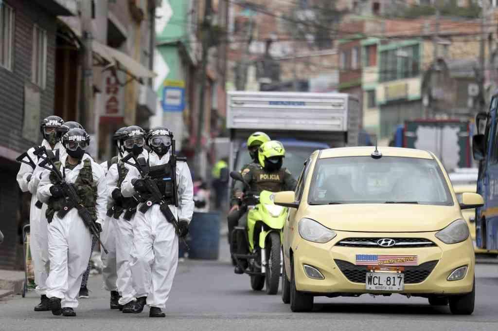 Soldados con trajes de protección contra el coronavirus patrullan Ciudad Bolívar, un vecindario con muchos contagios, en julio de 2020, en Bogotá, Colombia. Crédito: Agencias