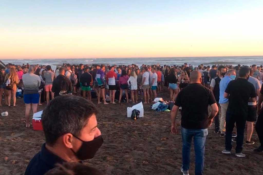 Las playas de Mar del Plata reciben mucha gente a diario. Las autoridades se preocupan por el poco distanciamiento. Crédito: Gentileza