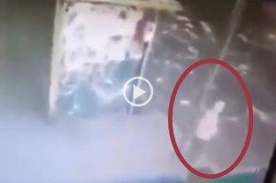 Video: atropelló y mató a una anciana y huyó pero luego volvió a recuperar el espejo del auto