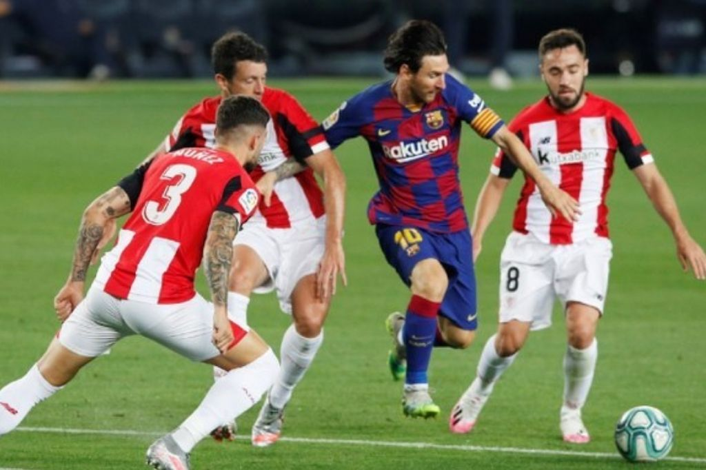 Messi gambeteando en el último duelo entre ambos equipos Crédito: Gentileza