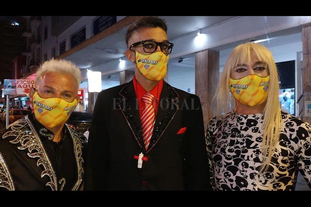El actor con otros integrantes del espectáculo que presentan por estos días en el Teatro del Ángel de la ciudad de Mar del Plata. Crédito: Gentileza del artista