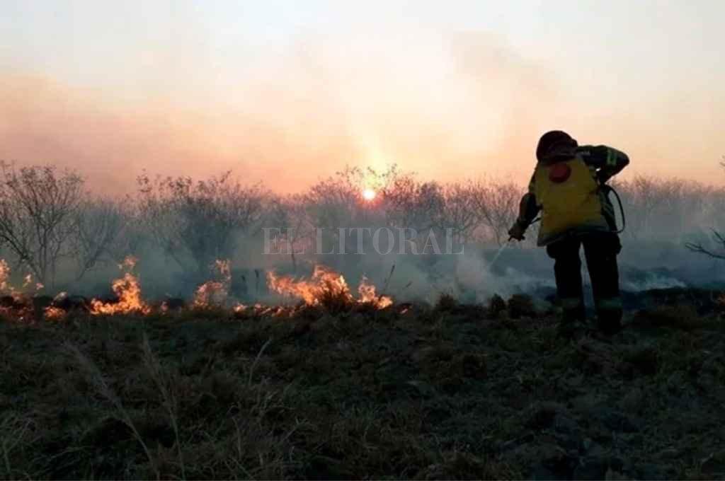 Bomberos trabajan en Corrientes para cesar los focos de incendio. Crédito: Gentileza