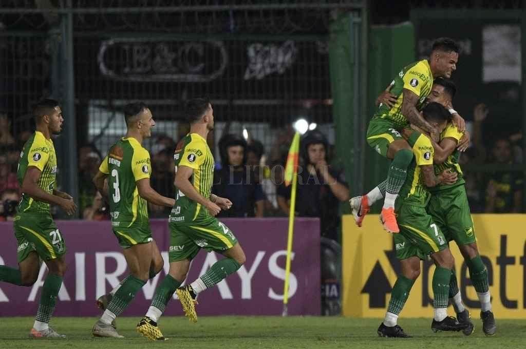Defensa festeja el gol contra Bahía. Crédito: Gentileza