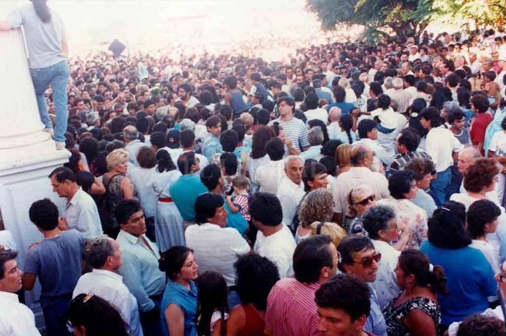 El último adiós. Al otro día de su muerte, Carlos Monzón fue sepultado en el Cementerio Municipal de Santa Fe. Luego de acompañar el féretro durante todo el recorrido hacia el lugar, millares de personas acudieron para despedir al mayor ídolo deportivo santafesino de todas las épocas. Crédito: Archivo El Litoral