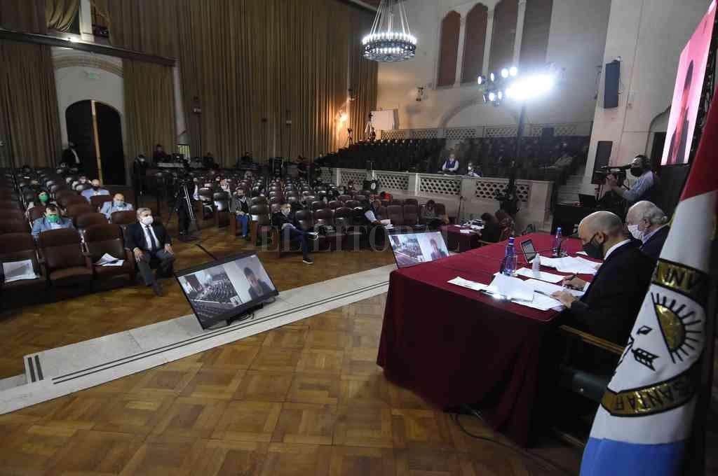 El Paraninfo de la UNL fue utilizado para algunas sesiones presenciales de DIputados. El amplio espacio permitió la presencia de los 50 integrantes más personal técnico. Crédito: Mauricio Garin