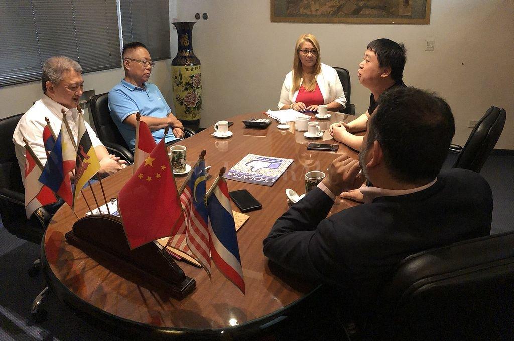 La presidenta de la Cámara Empresarial de Desarrollo Argentino y Países del Sudeste Asiático, Yolanda Durán, durante una reunión con empresarios. Crédito: @YOLANDADURAN_