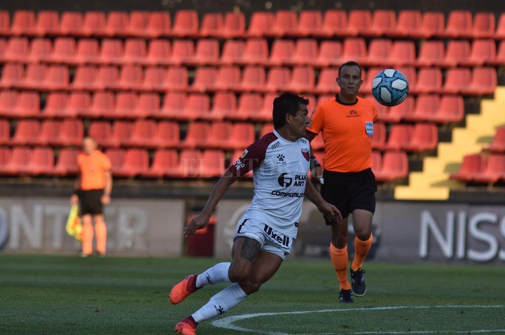 Hay miradas que matan. El nacido en Simoca, Luis Miguel Rodríguez, no le saca la vista a la pelota. Sin dudas, todo el fútbol argentino aplaude al