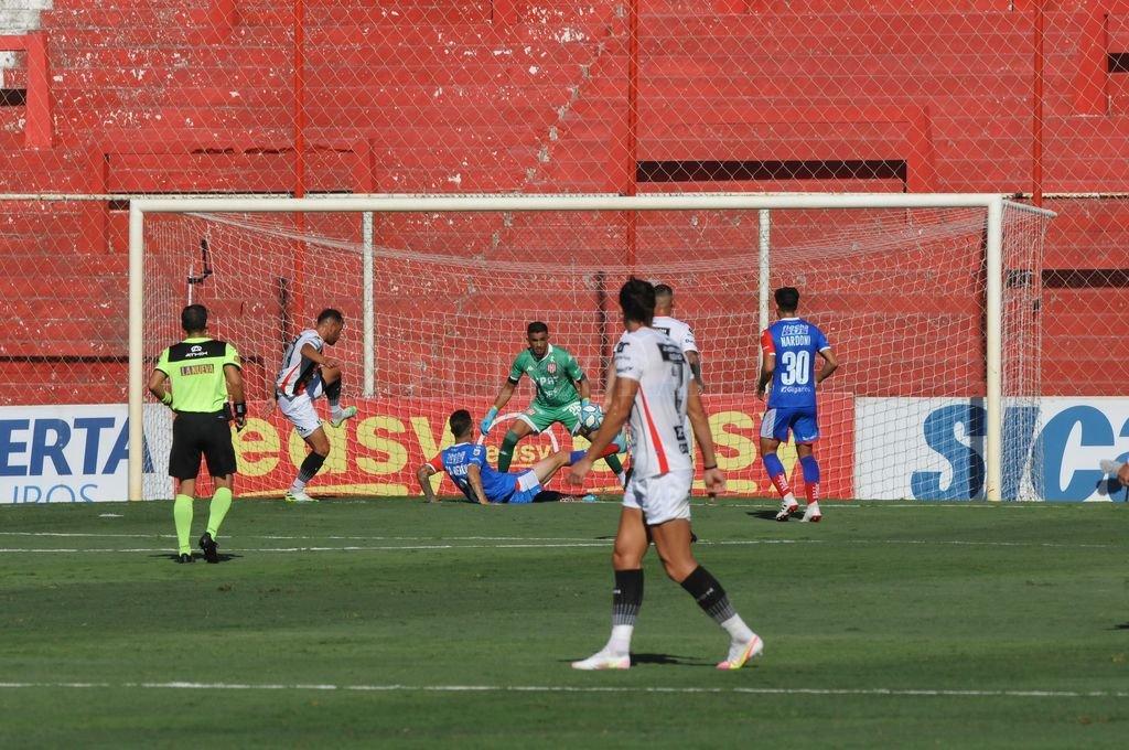 Autogol del pibe. Franco Calderón ya descolocó a Moyano y la pelota se introducirá en el arco para convertir el segundo gol de Patronato. Crédito: Eduardo Edmundo Seval