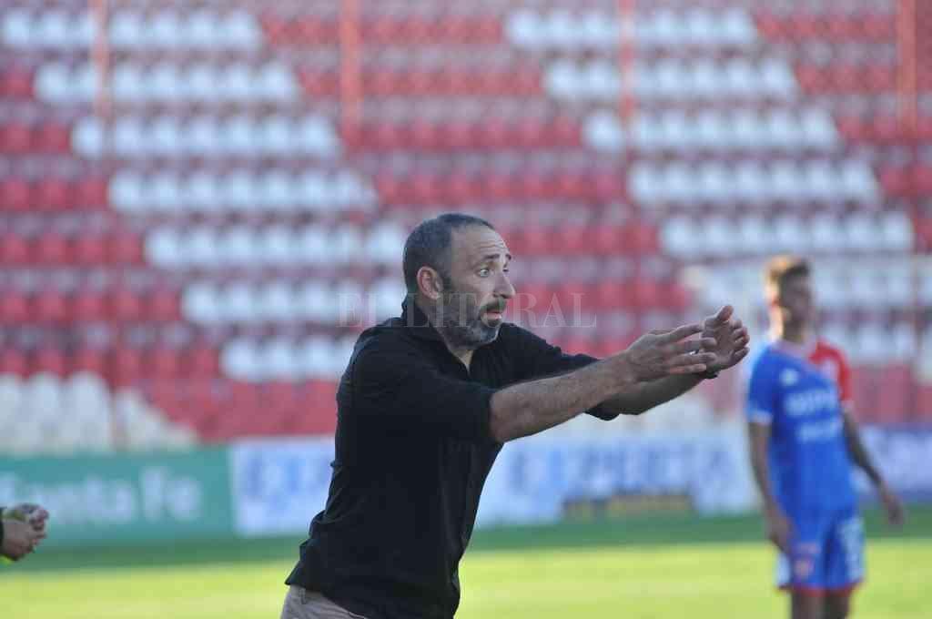 No fue un buen inicio. Más allá que todo entrenador necesita tiempo en un club nuevo, algunas decisiones de Juan Manuel Azconzábal generaron dudas en la gente. Deberá corregir para mantenerse el DT.  Crédito: Eduardo Seval