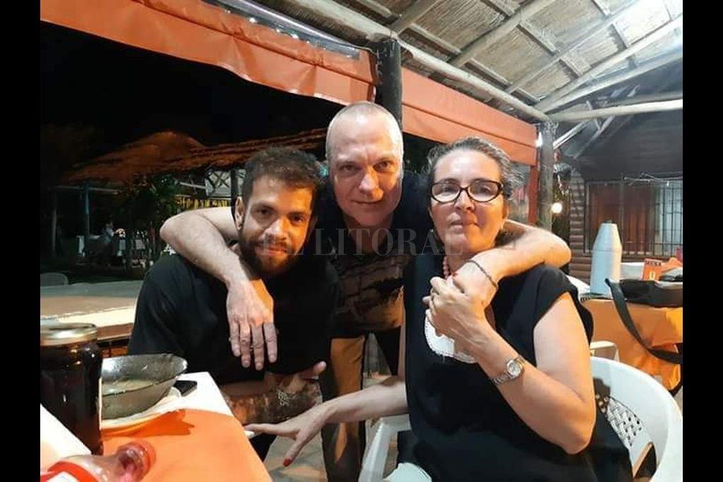 Julián y Alejandra Bosch con el poeta Gustavo Tisocco: