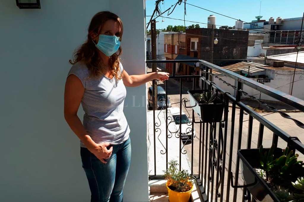 María Laura señala el lugar del balcón por donde ingresó el delincuente. Crédito: Danilo Chiapello