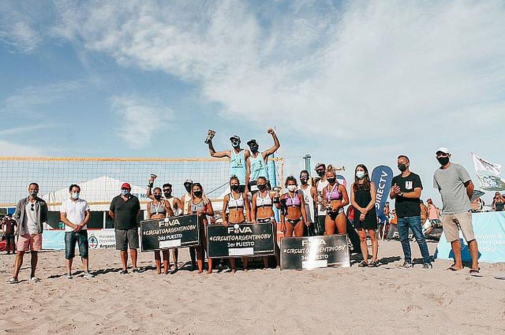 Los integrantes de los podios de las diferentes categorías de la competición cumplida el pasado fin de semana en la costa Atlántica de nuestro país. Crédito: Gentileza